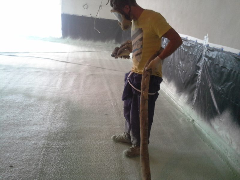 Nástřik pěny pod podlahové topení.